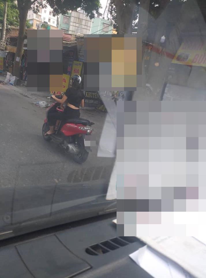Vừa phóng xe máy vừa cho con bú, mẹ trẻ ở Hà Nội làm người đi đường nóng mắt-1