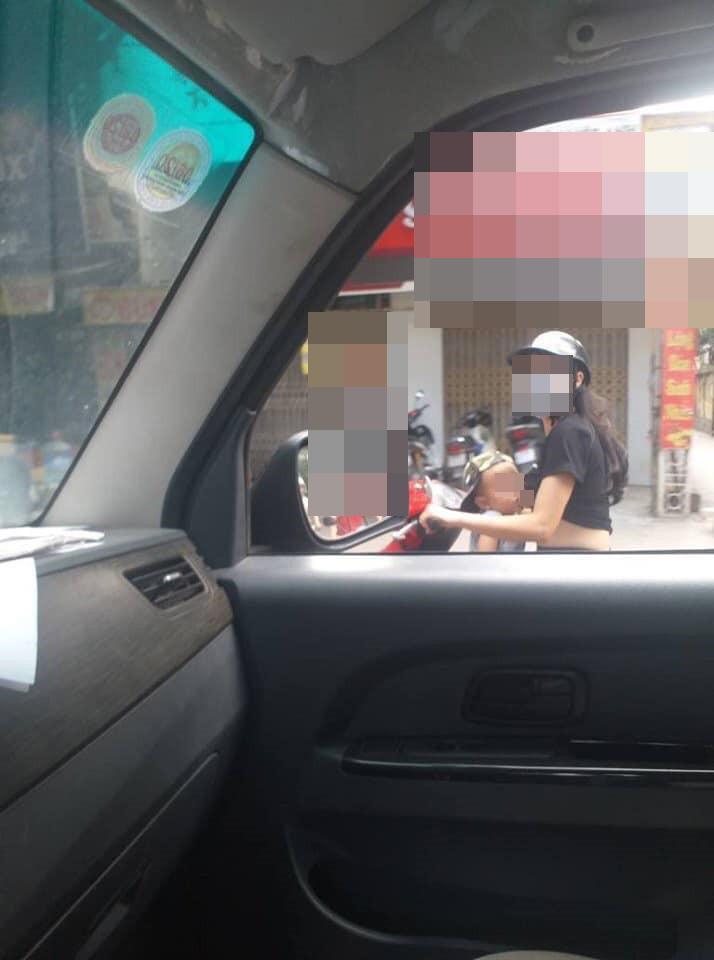 Vừa phóng xe máy vừa cho con bú, mẹ trẻ ở Hà Nội làm người đi đường nóng mắt-2