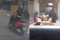 Vừa phóng xe máy vừa cho con bú, mẹ trẻ ở Hà Nội làm người đi đường nóng mắt