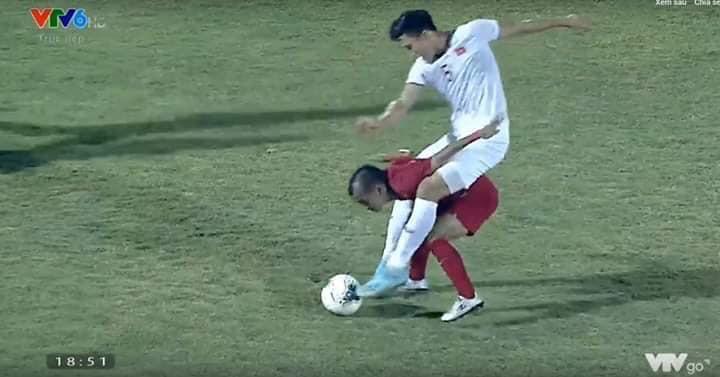 Lan truyền tình huống nhà bao việc nhưng cầu thủ Indonesia vẫn phải cõng Văn Hậu chơi bóng-1