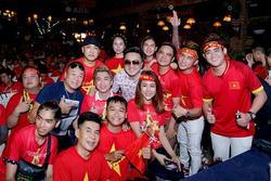 Dàn nghệ sĩ ăn mừng chiến thắng của đội tuyển Việt Nam
