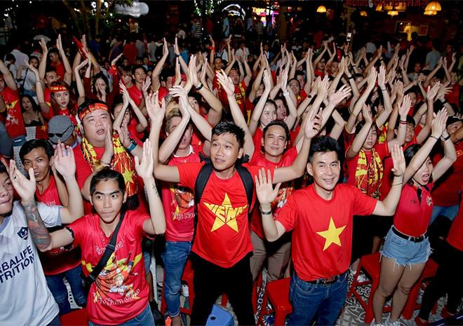 Dàn nghệ sĩ ăn mừng chiến thắng của đội tuyển Việt Nam-2