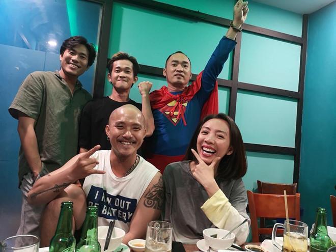 Dàn nghệ sĩ ăn mừng chiến thắng của đội tuyển Việt Nam-1