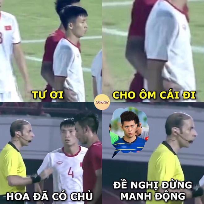Dân mạng gọi tên Đình Trọng khi cầu thủ Indonesia ôm eo Bùi Tiến Dũng-1