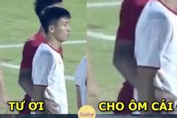 Dân mạng gọi tên Đình Trọng khi cầu thủ Indonesia ôm eo Bùi Tiến Dũng