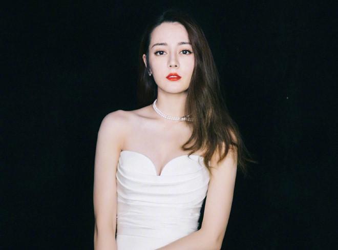 Địch Lệ Nhiệt Ba diện váy cúp ngực, liên tục dùng tay che chắn vòng 1-6