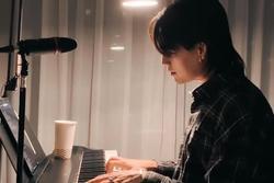 Nguyễn Trần Trung Quân đệm đàn piano hát 'Có chàng trai viết lên cây'