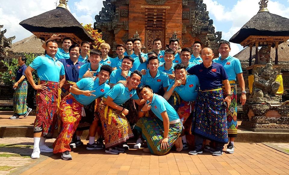 Tuyển Việt Nam náo loạn mạng xã hội với loạt ảnh mặc váy tham quan Indonesia-3