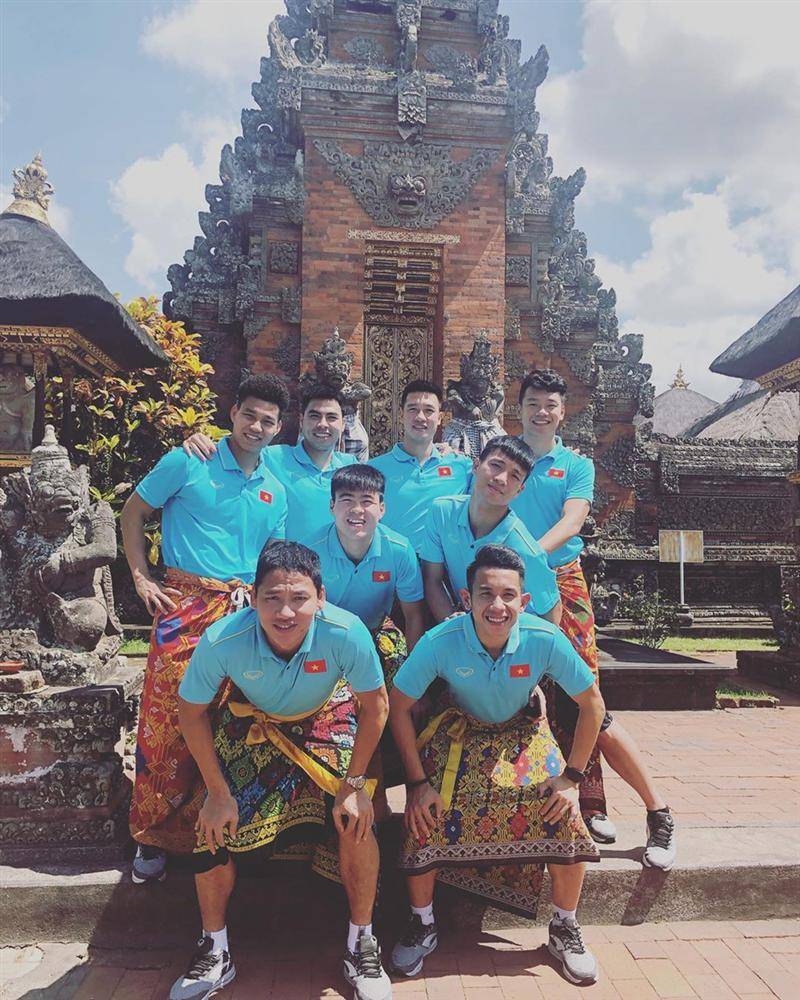 Tuyển Việt Nam náo loạn mạng xã hội với loạt ảnh mặc váy tham quan Indonesia-4
