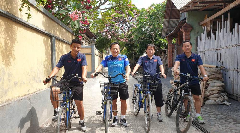 Tuyển Việt Nam náo loạn mạng xã hội với loạt ảnh mặc váy tham quan Indonesia-7