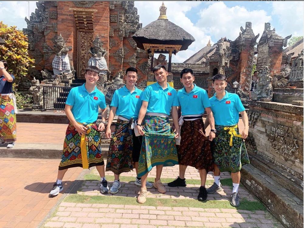 Tuyển Việt Nam náo loạn mạng xã hội với loạt ảnh mặc váy tham quan Indonesia-6