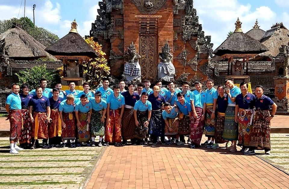 Tuyển Việt Nam náo loạn mạng xã hội với loạt ảnh mặc váy tham quan Indonesia-1
