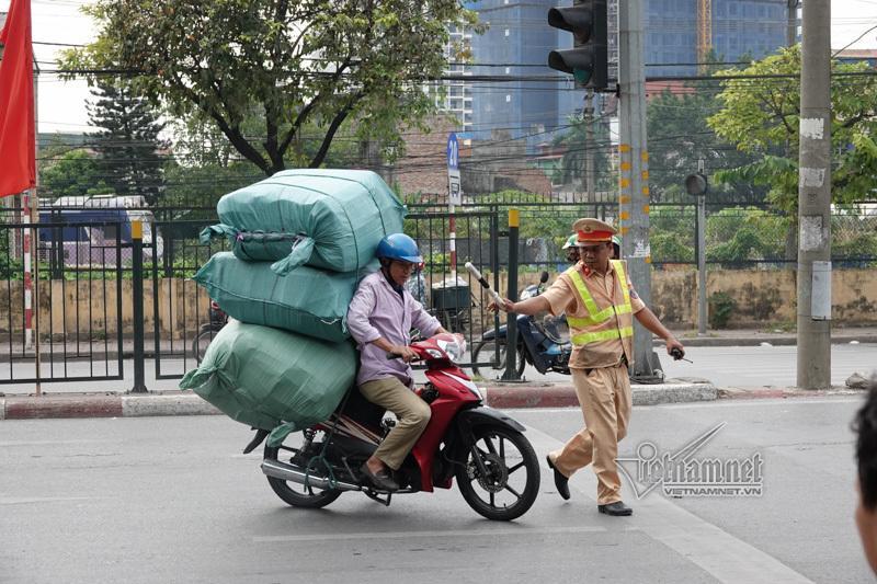 Vội vã quặt xe chạy trốn cảnh sát 141, cô gái nổi nhất phố Hà Nội-1