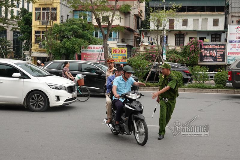 Vội vã quặt xe chạy trốn cảnh sát 141, cô gái nổi nhất phố Hà Nội-11