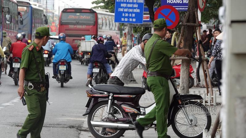 Vội vã quặt xe chạy trốn cảnh sát 141, cô gái nổi nhất phố Hà Nội-7