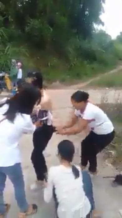 Xôn xao màn đánh ghen: Cô gái bị cắt tóc, lột đồ giữa đường xong đối tượng còn theo về tận nhà nhiếc móc-2