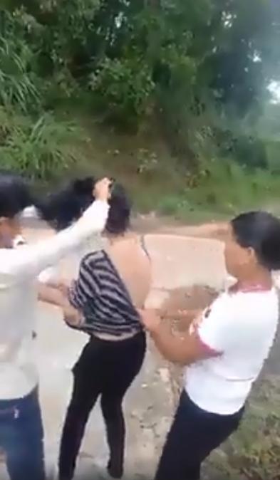 Xôn xao màn đánh ghen: Cô gái bị cắt tóc, lột đồ giữa đường xong đối tượng còn theo về tận nhà nhiếc móc-3