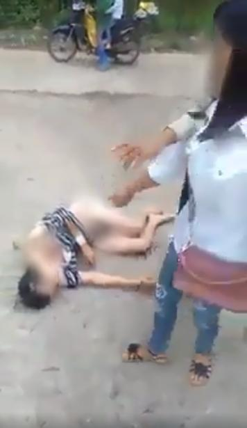 Xôn xao màn đánh ghen: Cô gái bị cắt tóc, lột đồ giữa đường xong đối tượng còn theo về tận nhà nhiếc móc-5