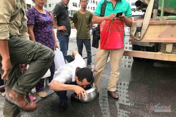 Nước sạch tiếp tế đến khu HH Linh Đàm có mùi tanh, màu lạ-2