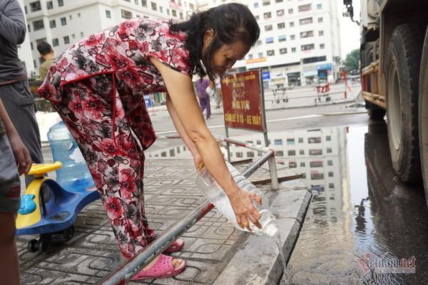 Nước sạch tiếp tế đến khu HH Linh Đàm có mùi tanh, màu lạ-3
