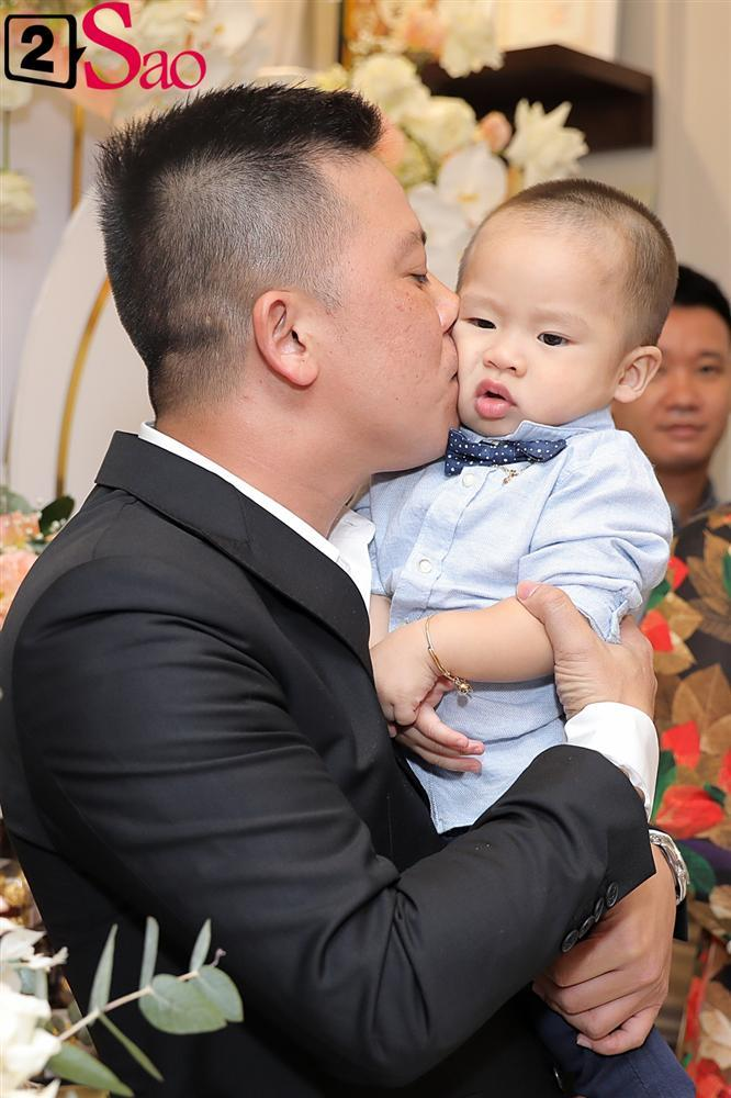 Giang Hồng Ngọc mặc áo dài nền nã trong lễ ăn hỏi, rạng ngời hạnh phúc bên hôn phu và con trai-6