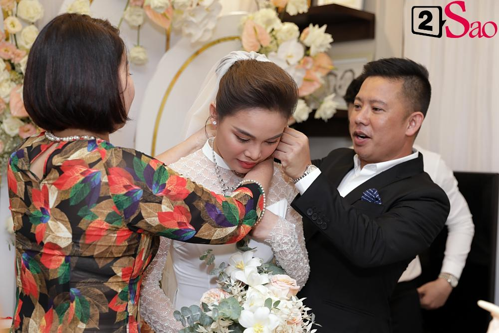 Giang Hồng Ngọc mặc áo dài nền nã trong lễ ăn hỏi, rạng ngời hạnh phúc bên hôn phu và con trai-8