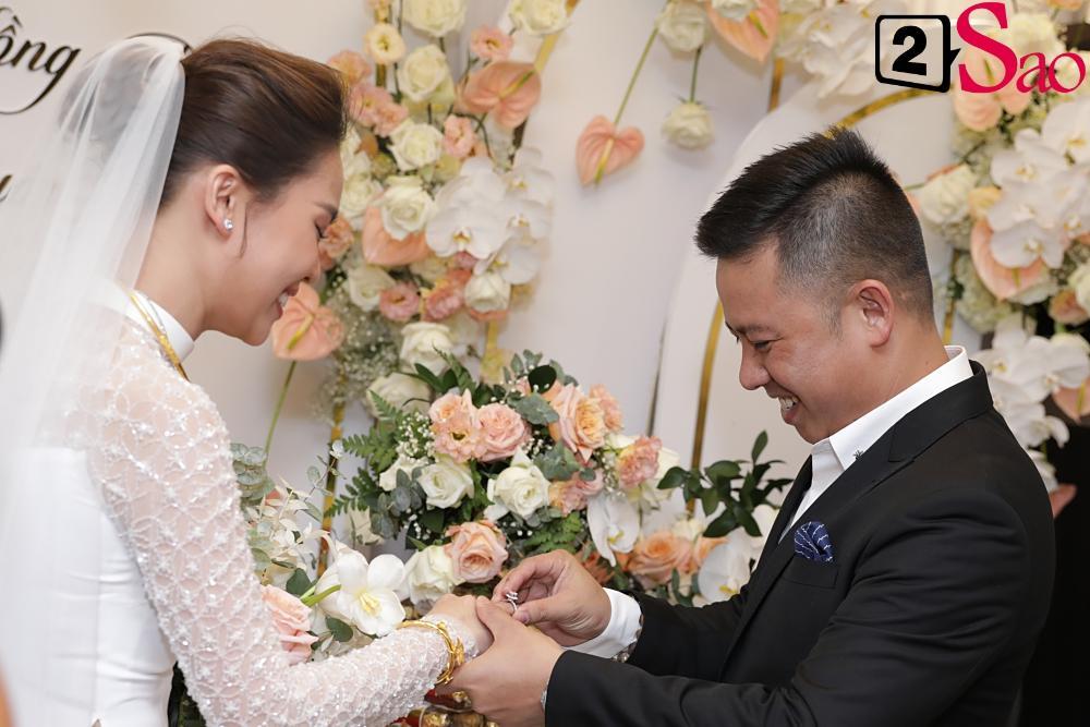 Giang Hồng Ngọc mặc áo dài nền nã trong lễ ăn hỏi, rạng ngời hạnh phúc bên hôn phu và con trai-10