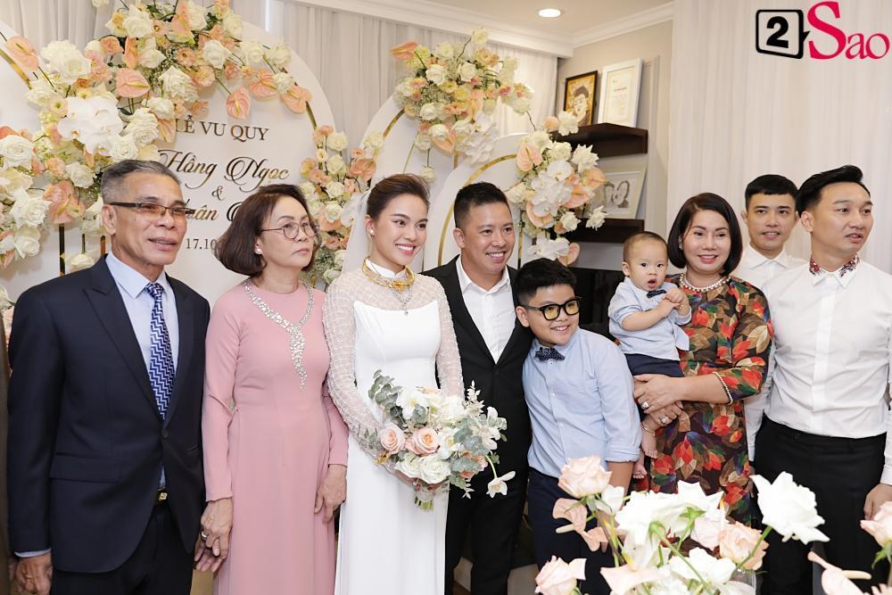 Giang Hồng Ngọc mặc áo dài nền nã trong lễ ăn hỏi, rạng ngời hạnh phúc bên hôn phu và con trai-13
