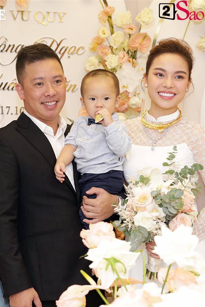 Giang Hồng Ngọc mặc áo dài nền nã trong lễ ăn hỏi, rạng ngời hạnh phúc bên hôn phu và con trai-15