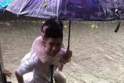 CLIP: Chú rể cõng cô dâu qua mưa bão ở Nghệ An được chia sẻ rần rần trên mạng xã hội