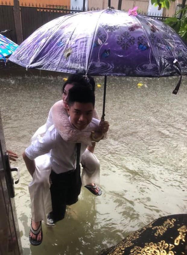CLIP: Chú rể cõng cô dâu qua mưa bão ở Nghệ An được chia sẻ rần rần trên mạng xã hội-1