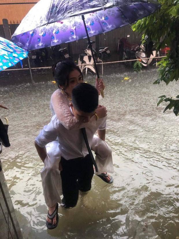 CLIP: Chú rể cõng cô dâu qua mưa bão ở Nghệ An được chia sẻ rần rần trên mạng xã hội-4