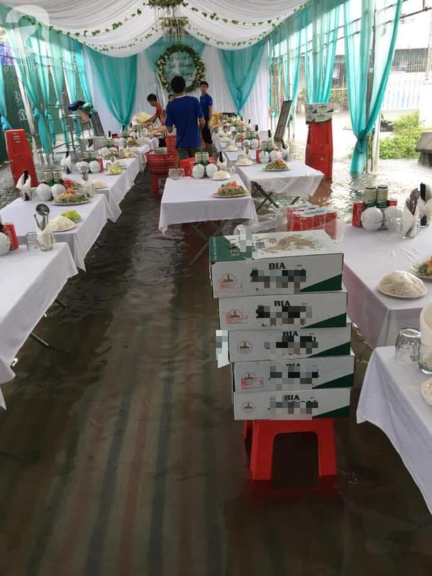 CLIP: Chú rể cõng cô dâu qua mưa bão ở Nghệ An được chia sẻ rần rần trên mạng xã hội-2