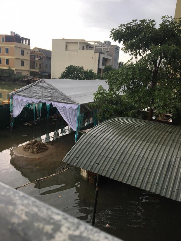 CLIP: Chú rể cõng cô dâu qua mưa bão ở Nghệ An được chia sẻ rần rần trên mạng xã hội-3