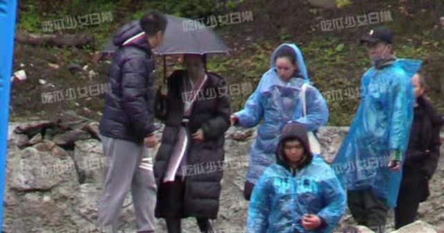 Triệu Lệ Dĩnh được khen ngợi vì chủ động cầm ô che mưa cho trợ lý-1