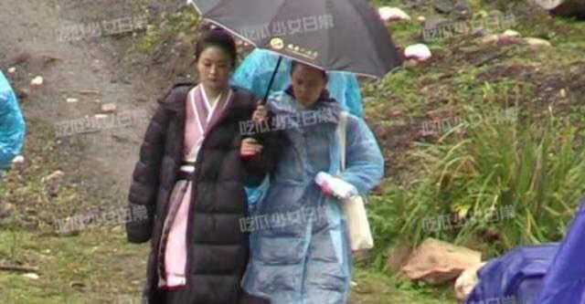 Triệu Lệ Dĩnh được khen ngợi vì chủ động cầm ô che mưa cho trợ lý-2