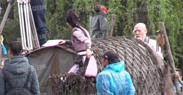 Triệu Lệ Dĩnh được khen ngợi vì chủ động cầm ô che mưa cho trợ lý-6
