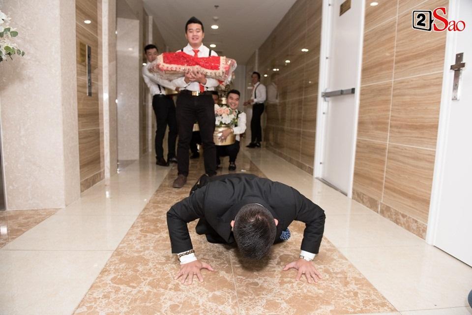CLIP ăn hỏi lầy nhất showbiz Việt: Giang Hồng Ngọc bắt bạn trai hít đất, hát hò inh ỏi mới cho vào nhà-4