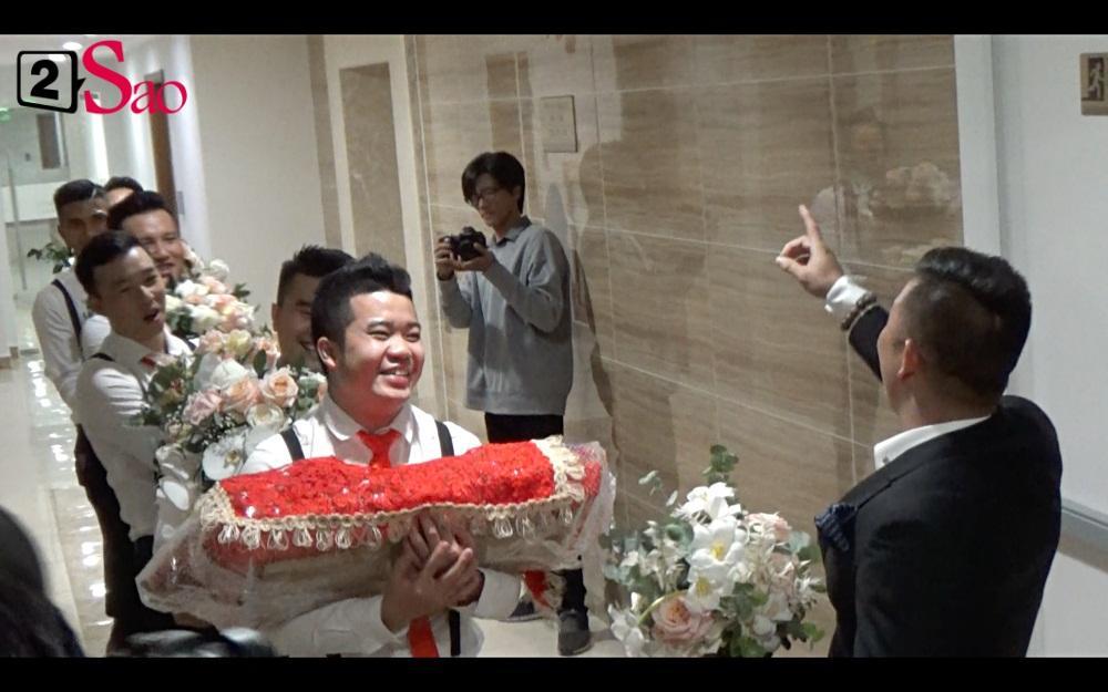 CLIP ăn hỏi lầy nhất showbiz Việt: Giang Hồng Ngọc bắt bạn trai hít đất, hát hò inh ỏi mới cho vào nhà-9