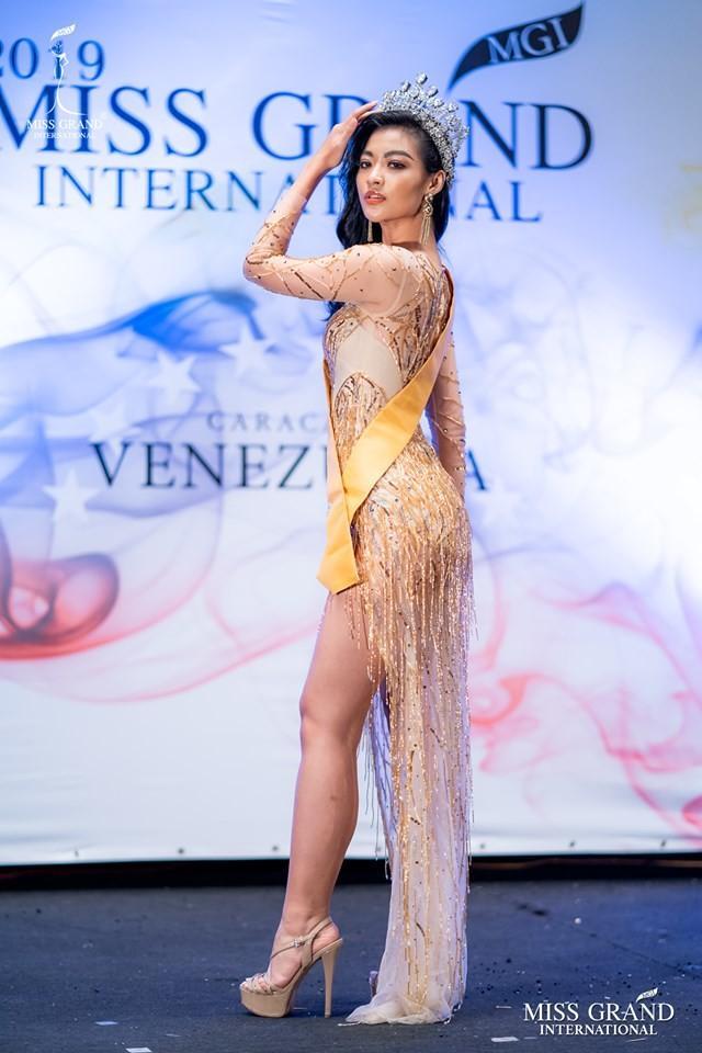 Kiều Loan lộ chân to và ngắn, fan nghi ngờ nhiếp ảnh gia chụp hình không có tâm ở Miss Grand International-2