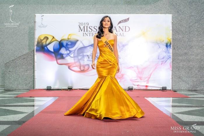 Kiều Loan lộ chân to và ngắn, fan nghi ngờ nhiếp ảnh gia chụp hình không có tâm ở Miss Grand International-10