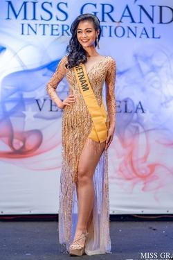 Kiều Loan lộ chân to và ngắn, fan nghi ngờ nhiếp ảnh gia chụp hình 'không có tâm' ở Miss Grand International