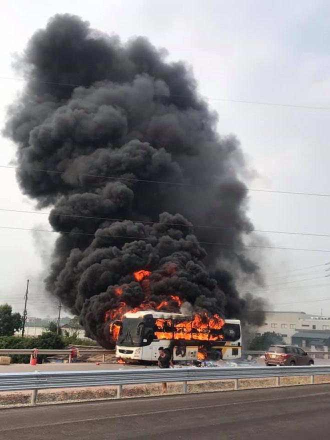 Xe khách cháy rụi khi đang chạy trên cao tốc Hà Nội - Bắc Giang-1