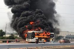 Xe khách cháy rụi khi đang chạy trên cao tốc Hà Nội - Bắc Giang