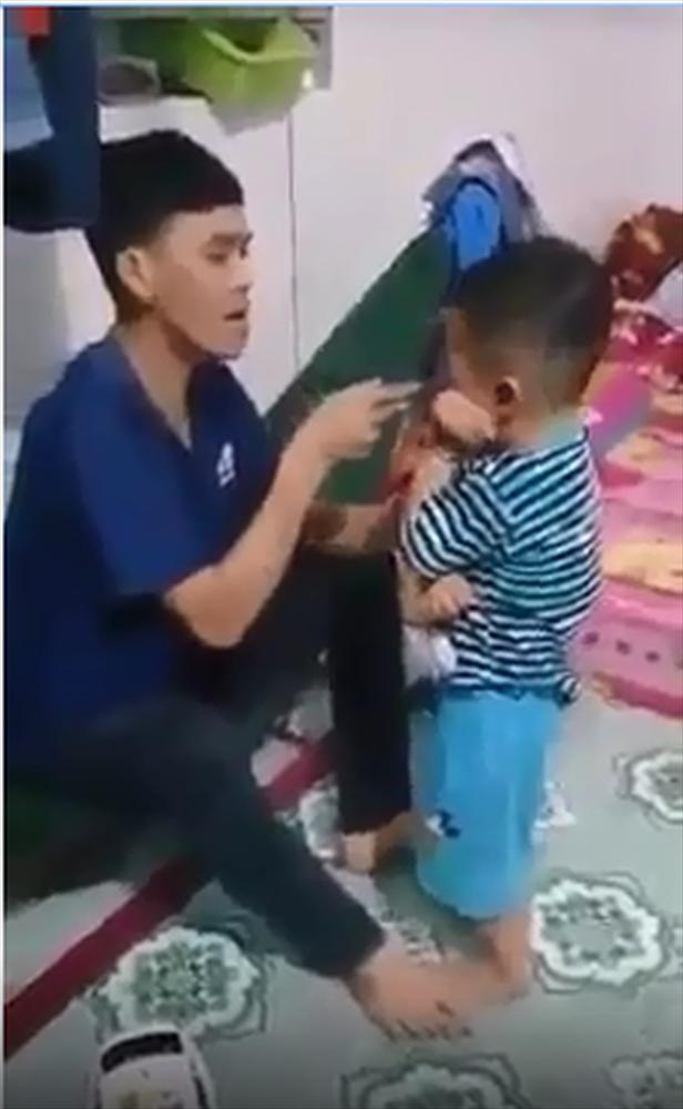 Toàn bộ clip ông bố trẻ tát con lia lịa đến sưng mặt từ 2 năm trước giờ bị dân mạng kéo đến tận nhà hành hung-1
