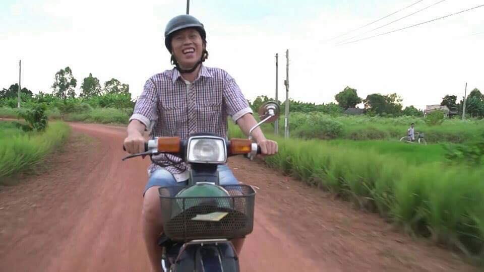 Khoe ảnh du lịch nơi sang chảnh, danh hài Hoài Linh vẫn một mực trung thành với dép lào huyền thoại-4