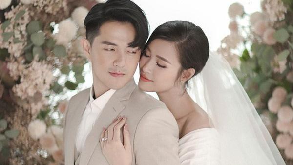 Lộ thiệp cưới giản dị của Đông Nhi và Ông Cao Thắng, 500 khách mời được cô dâu chú rể đài thọ toàn bộ kinh phí-2
