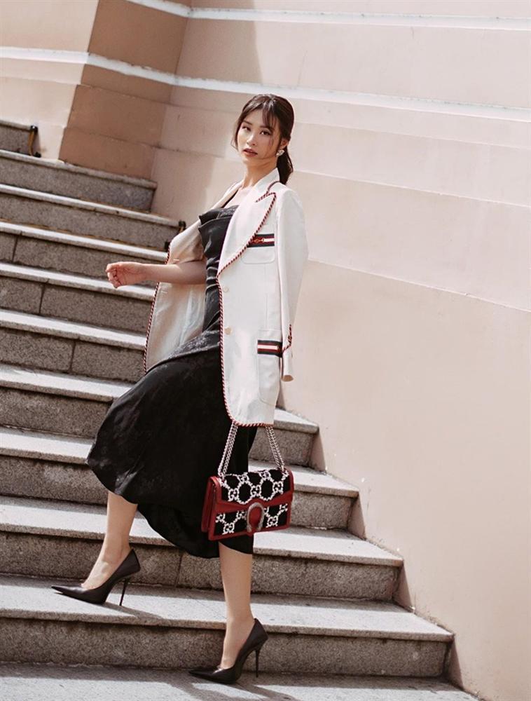 Trước ngày lên xe hoa, Đông Nhi khoe street style chất như nữ tổng tài - Thanh Hằng pose dáng gây chú ý-1