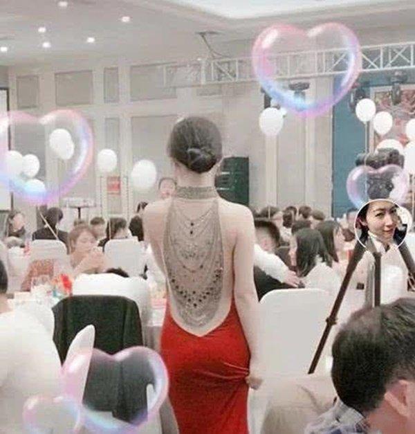 Cô dâu khoe lưng trần trong đám cưới, khi quay mặt khiến ai cũng ngỡ ngàng-1