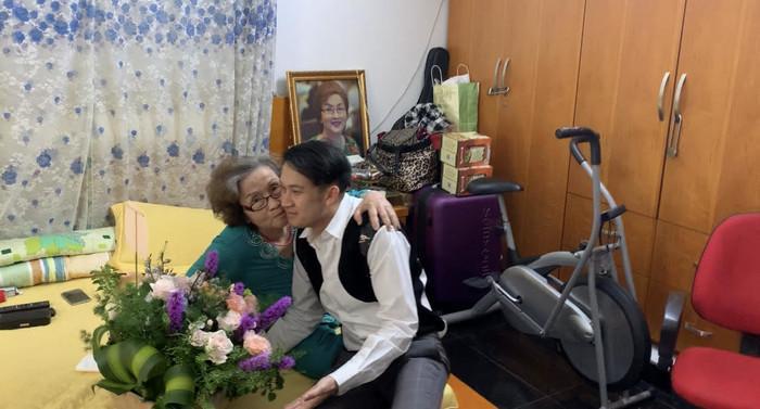 Làm trái lời Hoài Linh, Dương Triệu Vũ tẽn tò khi bị mẹ nhắc nhở trong ngày 20/10-4